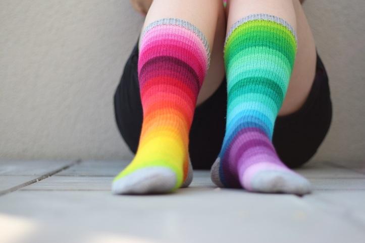 Selbst gestrickte Regenbogen Ringelsocken (7)